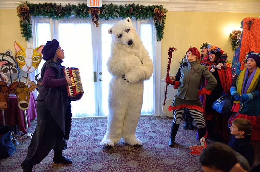 Singing to the Polar Bear | sinterklaashudsonvalley.com