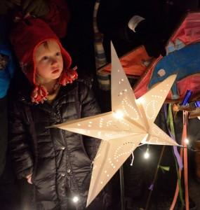 captivated child with sinterklaas star   sinterklaashudsonvalley.com
